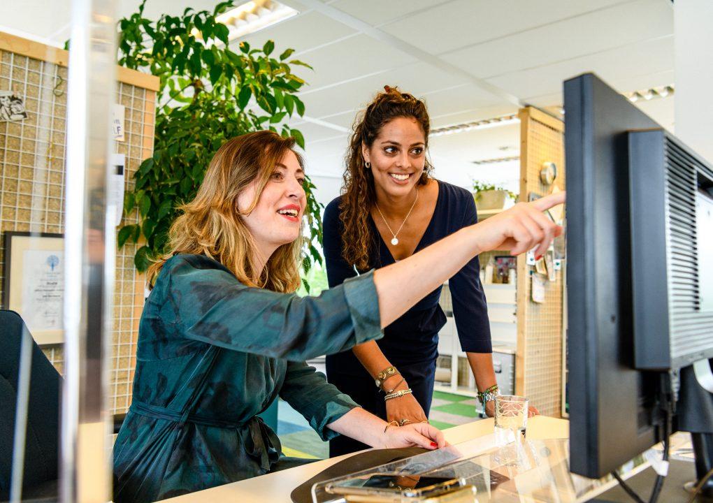 Medewerkers achter computer bij HvdM