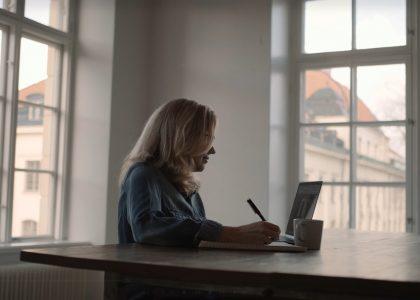 Vrouw achter laptop Mindler